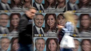 Carteles con las caras de Alberto Fernández y Cristina Fernández de Kirchner
