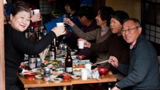 જાપાનીઝ લોકો ડિનર લઈ રહ્યા છે.