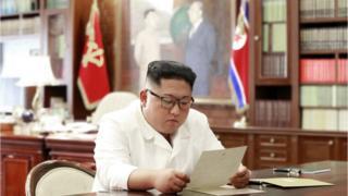 북한 조선중앙통신은 김정은 위원장이 집무실에서 트럼프 대통령의 친서를 읽고 있는 사진을 공개했다