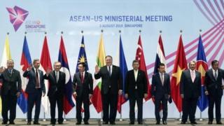 Foto bersama menteri luar negeri beberapa negara pada Pertemuan Menteri Luar Negeri ASEAN ke-51 di Singapura pada tanggal 3 Agustus 2018.