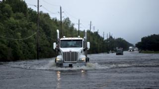 Главная дорога, ведущая к заводу, все еще затоплена