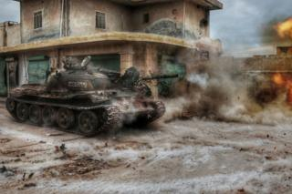 Un tanque dispara frente a un edificio en Aleppo generando una nube de humo y polvo
