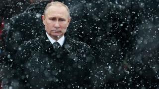 د فبرورۍ پر ۲۳ روسیې د پلرني هېواد د دفاع ورځ ولمانځله چې د دغه هېواد ولسمشر ولادیمیر پوتین مسکو کې هدیرې ته ولاړ او د ورک نومي سرتېري قبر ته د درناوي لپاره ودرېد.