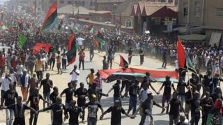 Hundreds of Biafra supporters wey dey wave flags for Aba, November 2015