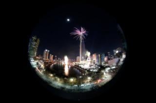 La imagen de las celebraciones en Seúl vistas a través de un objetivo ojo de pez. Resalta la torre Lotte World, de 123 pisos.
