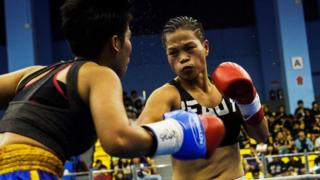 Huang Wensi fights against Thailand's Jarusiri Rongmuang