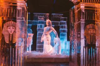 تمثال جليدي يمثل الحضارة المصرية القديمة في مهرجان في هولندا يوم السبت