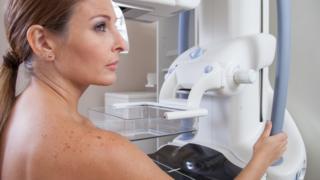 Mulher prestes a começar mamografia
