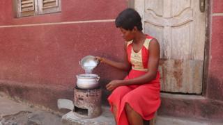 Cuisine traditionnelle au biocharbon d'Affery en Côte d'Ivoire