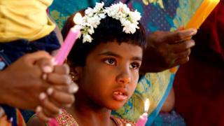 인도 방갈로르 아기예수 교회에서 기도하는 기독교인들