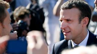 Emmanuel Macron à sa sortie d'un bureau de vote de la station balnéaire du Touquet (nord).