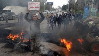 وقفات احتجاجية في لبنان رفضا لتخفيض رواتب العسكريين المتقاعدين