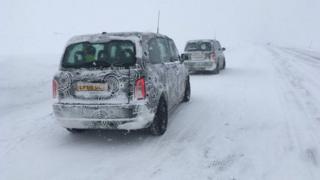 汽車廠家把新設計的汽車放在極端溫度條件下,測試其性能表現。