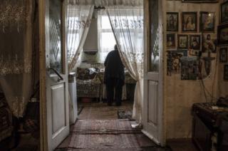 Hovhannes'in eşi Arusyak, evinde kahve hazırlarken