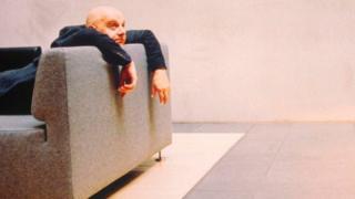 Homem no sofá