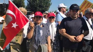 'Adalet Mitingi'ne katılan Türk bayraklı insanlar