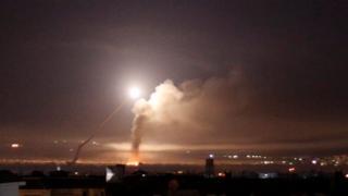 5월 10일 다마스쿠스에서 미사일 공격으로 인한 화염이 보인다