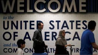 مسافرون يصلون إلى مطار دالاس في واشنطن