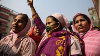 গার্মেন্টস শ্রমিকরা অভিযোগ করছেন, মজুরি কাঠামোতে শুভঙ্করের ফাঁকি রয়েছে