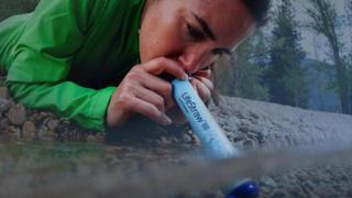 Persona probando el LifeStraw