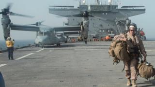 عسكري أمريكي على متن حاملة طائرات