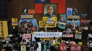 2014年4月5日,台湾抗议示威者占据议会场地23天。