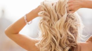 Mujer con pelo rubio.