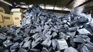 Pegawai perusahan pengiriman barang di provinsi Jiangxi menyortir paket pada Singles' Day.