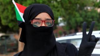 سودانية تحتفل بتوقيع الاتفاق