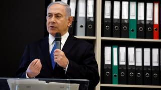 آقای نتانیاهو با به نمایش گذاشتن اسناد به دست آمده از ایران، مقام های ایرانی را به دروغگویی متهم کرد