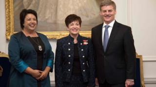 英格利希(右)、本内特(左)、新西兰总督帕齐·雷迪(中)