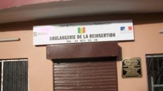 """La """"Boulangerie de la réinsertion"""" livre du pain à quelque 5 000 détenus et aux riverains de la prison de Liberté 6, à Dakar."""