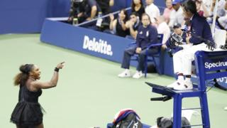 Serena Williams argues with umpire