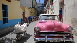 Các doanh nghiệp Cuba phát triển mạnh sau những cải cách kinh tế do Chủ tịch Raul Castro khởi xướng năm 2011. Họ hy vọng sẽ có nhiều cải cách nữa khi người kế nhiệm của ông Castro nhậm chức vào cuối tháng 4. Trong ảnh, một công nhân vận chuyển vật liệu xây dựng trên đường phố ở thủ đô Havana hôm 28/3/2018.