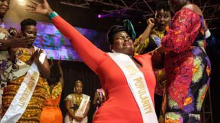 Nasasi Belinda (katikakati), mwanamke mfanyabiashara allijawa na hisia na kutokwa na machozi alipovishwa taji la mwanamke mwenye maumbo makucrowned Miss Curvy Uganda during the first edition of Miss Curvy Uganda in Kampala, Uganda, on April 26, 2019.