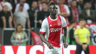 Le défenseur Davinson Sanchez de l'Ajax d'Amsterdam a signé un contrat de six ans à Tottenham