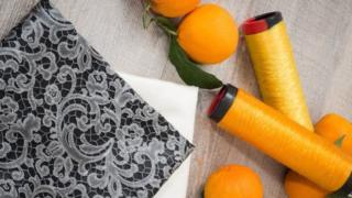 خيوط وحبات من البرتقال