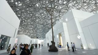 Gente pasea en el museo, durante la inauguración.