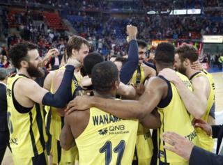 Fenerbahçe Doğuş maçtan sonra Final Four'u kutluyor