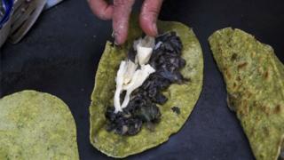 Quesadillas de huitlacoche, un popular alimento mexicano.