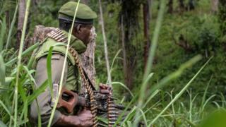Umusirikare wa Republika Iharanira Demokrasi ya Kongo, mu gihe c'imirwano n'abarwanyi b'umugwi ADF Nalu mu kwezi kwa mbere 2018