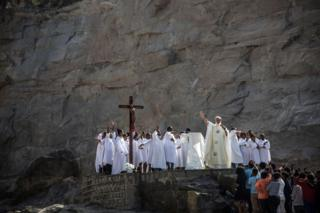 Padre Pedro Opeka (C) leads Catholics gathered at a quarry in the Akamasoa district in Antananarivo, on November 1, 2018, during an All Saints Day mass.