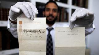 વૈજ્ઞાનિક આલ્બર્ટ આઈન્સ્ટાઈને લખેલી બે નોંધ