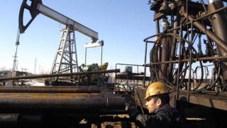 нефтяник у вышки