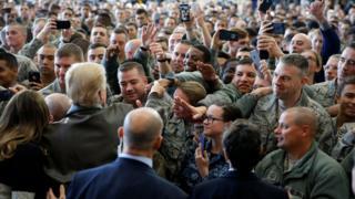 特朗普在东京福生市驻日美军横田基地内与驻地士兵握手(5/11/2017)