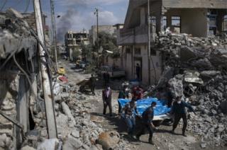 انتقال اجساد کسانی که در محله جدیده کشته شده اند