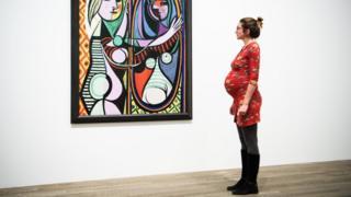 Беременная женщина на выставке Пикассо в лондонской галерее Тейт модерн