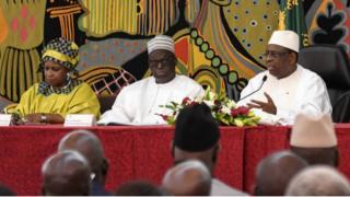 Macky Sall lors du lancement du dialogue national, au palais présidentiel, à Dakar. A sa droite, le président de l'Assemblée nationale, Moustapha Niasse, et la présidente du Conseil national pour le dialogue social, Innonce Ntab Ndiaye.