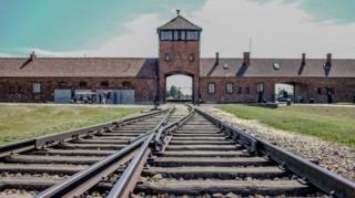 ชาวยิว 6 ล้านคน เสียชีวิตในค่ายกักกันของกองทัพนาซีเยอรมันในช่วงสงครามโลกครั้งที่สอง ซึ่งรวมทั้งค่ายเอาชวิทซ์ และเบียร์เคอเนา