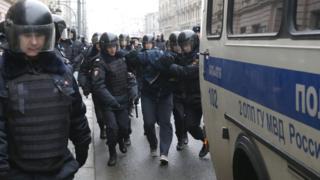 Полиция задерживает протестующих в центре Москвы 2 апреля